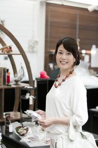 ショッピングをする中高年女性の写真素材 [FYI01302630]