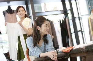 買い物をする女性2人の写真素材 [FYI01302638]