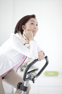 ジムで運動する中高年女性の写真素材 [FYI01302641]