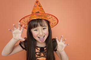 ハロウィンの衣装を着た女の子の写真素材 [FYI01302673]