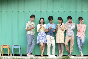 スマートフォンを使う若者6人の写真素材 [FYI01302697]
