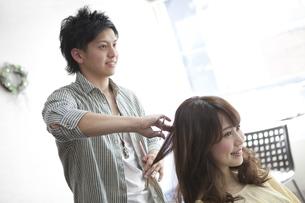 髪をカットする美容師の写真素材 [FYI01302718]