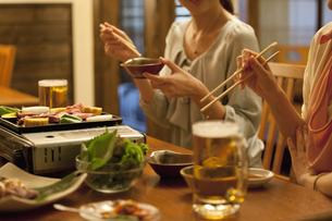 焼き肉を食べる女性2人の写真素材 [FYI01302755]
