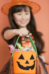 ハロウィンのお菓子を持つ女の子の写真素材 [FYI01302756]