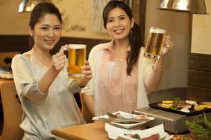 ビールで乾杯する女性2人の写真素材 [FYI01302787]