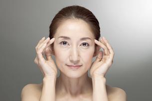 中高年女性の美容イメージの写真素材 [FYI01302832]