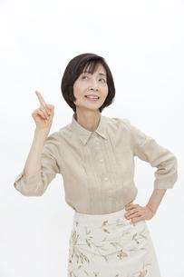 人差し指を立てる中高年女性の写真素材 [FYI01302841]