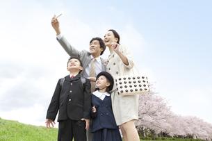 スマートフォンで撮影する4人家族の写真素材 [FYI01302853]
