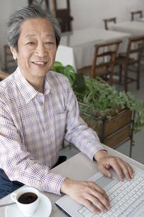 ノートパソコンを操作する中高年男性の写真素材 [FYI01302855]