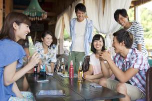 飲食店でドリンクを飲む男女6人の写真素材 [FYI01302860]