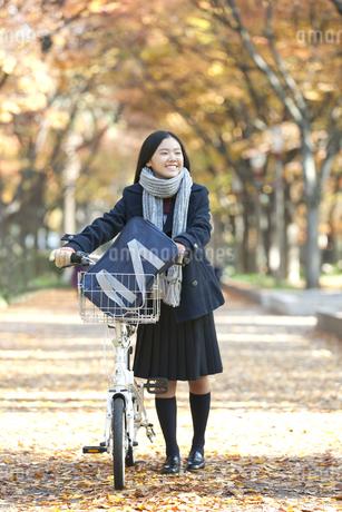 自転車を押して歩く女子校生の写真素材 [FYI01302873]