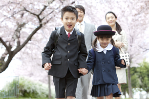 手をつないで走る子供たちの写真素材 [FYI01302897]