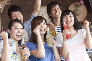 飲食店でドリンクを飲む男女5人の写真素材 [FYI01302903]