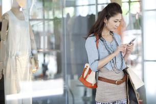 スマートフォンを操作している女性の写真素材 [FYI01302937]