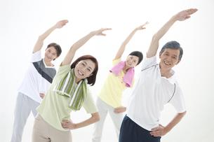 体操をしている中高年男女4人の写真素材 [FYI01302938]