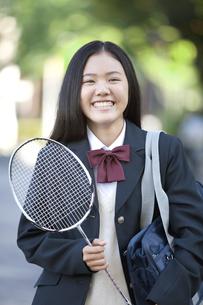 バドミントンのラケットを持つ女子校生の写真素材 [FYI01302957]