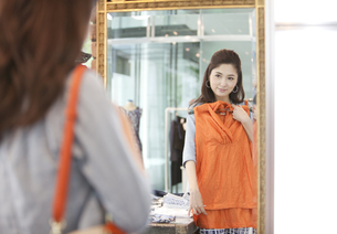 洋服を合わせる女性の写真素材 [FYI01302958]