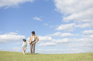 手をつなぐ父と娘の写真素材 [FYI01302972]
