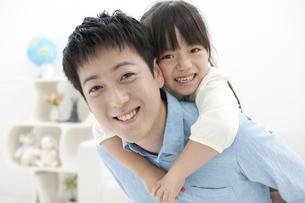 おんぶをする親子の写真素材 [FYI01302984]