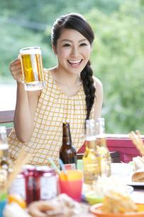 ビールジョッキを持つ女性の写真素材 [FYI01303020]