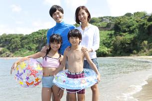 海で遊ぶ4人家族の写真素材 [FYI01303031]