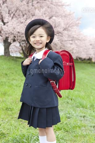桜と笑顔の女の子の写真素材 [FYI01303049]