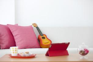 ソファーの上のウクレレの写真素材 [FYI01303094]