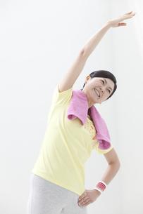 体操をする中高年女性の写真素材 [FYI01303095]