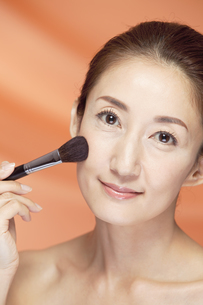 中高年女性の美容イメージの写真素材 [FYI01303134]