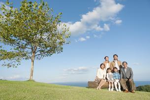 笑顔の3世代家族の写真素材 [FYI01303138]