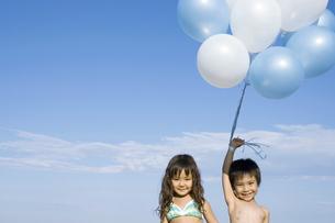 風船を持っ男の子と女の子の写真素材 [FYI01303141]
