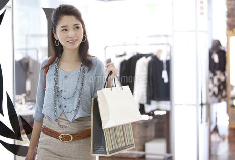 買い物をする女性の写真素材 [FYI01303149]
