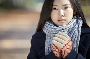 手を合わせる女子校生の写真素材 [FYI01303152]