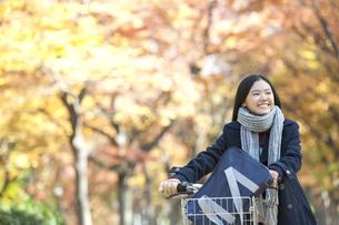 自転車を押して歩く女子校生の写真素材 [FYI01303153]