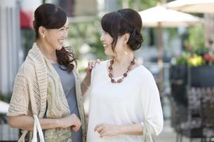 笑顔で話す中高年女性2人の写真素材 [FYI01303161]
