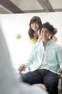 髪をセットする美容師の写真素材 [FYI01303242]