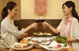 ワインで乾杯する女性2人の写真素材 [FYI01303264]