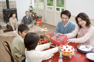 クリスマスパーティをする家族の写真素材 [FYI01303290]