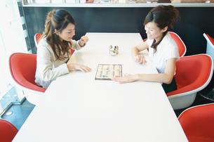 カフェでメニューを見ている女性2人の写真素材 [FYI01303295]