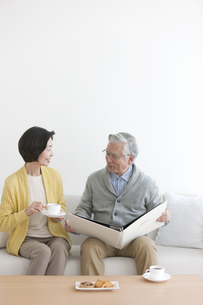 話をしている中高年夫婦の写真素材 [FYI01303309]