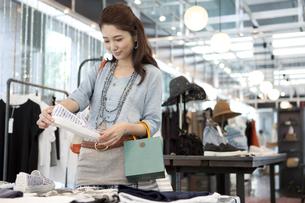 買い物をする女性の写真素材 [FYI01303319]