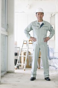 建設現場に立つ男性作業員の写真素材 [FYI01303322]
