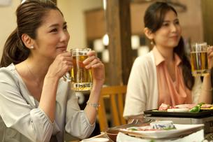 ビールジョッキを持つ女性の写真素材 [FYI01303354]