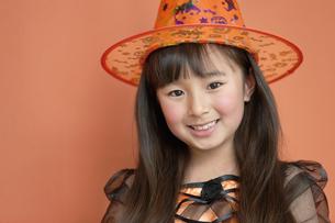 ハロウィンの衣装を着た女の子の写真素材 [FYI01303376]