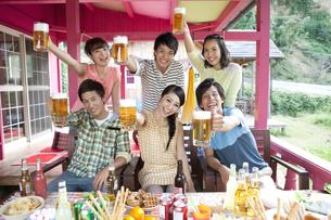 ビールで乾杯する若者6人の写真素材 [FYI01303385]