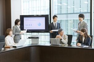 会議中のビジネス男女6人の写真素材 [FYI01303422]