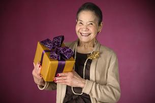 プレゼントを持つシニア女性の写真素材 [FYI01303474]