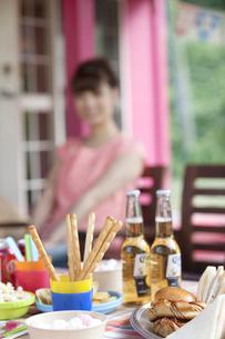 テーブルの上のパーティー料理の写真素材 [FYI01303510]