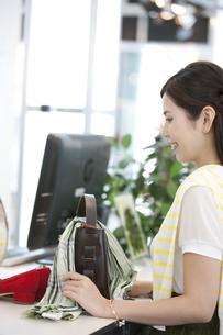 レジで支払いをする女性の写真素材 [FYI01303521]
