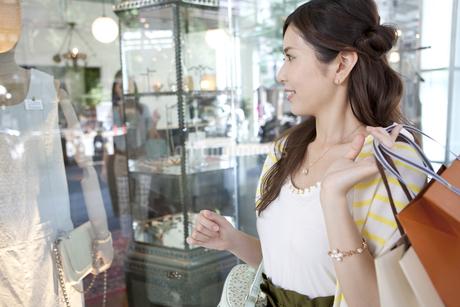 ウィンドーショッピングをする女性の写真素材 [FYI01303546]